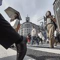 東京・銀座を歩くマスク姿の人たち。都内で新たに400人を超える新型コロナウイルス感染者が確認された=2020年7月31日