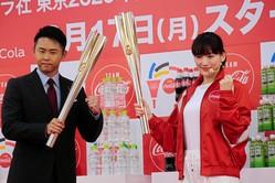 トーチを重ね合わせる「トーチキス」をする北島康介氏(左)と綾瀬はるか
