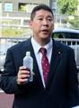 二瓶区議との面会を求めて中央区議会を訪れた立花孝志氏=東京・中央区役所前