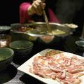 テーブルに鍋料理が用意された中国・上海のレストラン(2013年5月6日撮影、資料写真)。(c)STR / AFP