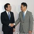 ビーガン氏(左)と並んで握手を交わす李氏(中央)と金杉氏=2日、バンコク(聯合ニュース)
