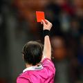 イタリア・セリエAの試合でレッドカードを提示する主審(2013年4月7日撮影、資料写真)。(c)GIUSEPPE CACACE/ AFP