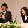 蒼井優(右)との結婚会見で奮闘する山里亮太。どうでもいい質問を上手く笑いに変える手腕が光った