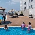 滞在先のホテルのプールも連日ほぼ貸し切り状態。200部屋あるホテルには、同じくコロナ疎開してきたとおぼしきファミリー客が5組ほど泊まっているだけだったとか