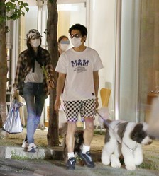 マスクを装着し、ソーシャルディスタンスを保ちながら裏通りを歩くという用心深さ。完璧だぜ、キムタク!