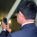 防衛装備庁の艦艇装備研究所で「大水槽」を撮影する河野太郎防衛相=2019年10月20日午前11時過ぎ、東京・中目黒、藤田直央撮影