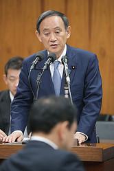 衆院内閣委員会で答弁する菅義偉官房長官=20日午前、国会内