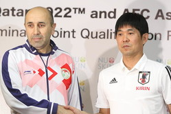 タジキスタン代表のトシェフ監督(左)と日本代表の森保監督【写真:Football ZONE web】