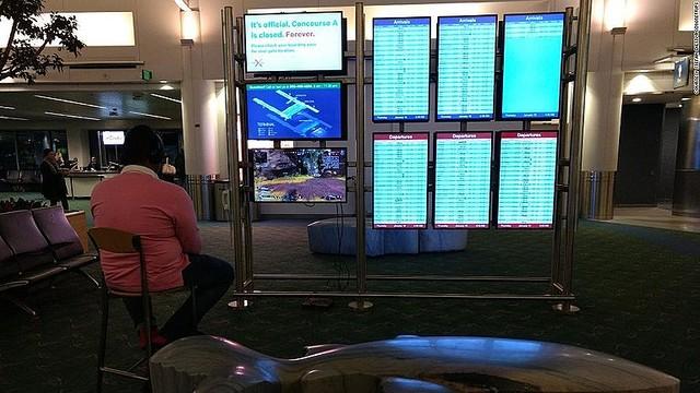 空港のモニターでゲームをプレーする男性/courtesy Stefan Dietz/@coyotetrips