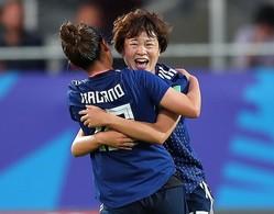 長野(左)と抱き合い、勝利を喜ぶ宮川。今大会は大きな重圧を感じながら戦っていたという。(C) Getty Images
