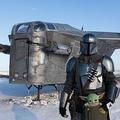 ロシア・ヤクーツクの公園で、人気SF映画「スター・ウォーズ」シリーズの実写テレビドラマ「マンダロリアン」に登場する宇宙船「レイザー・クレスト」のレプリカを背景にポーズを取る同ドラマの主人公、ディン・ジャリンのコスプレをした男性(2021年3月14日撮影)。(c)Evgeniy SOFRONEYEV / AFP