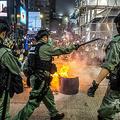 香港の旺角地区で、民主派デモ隊による道路封鎖を阻止する警官隊(2020年5月27日撮影)。(c)ISAAC LAWRENCE / AFP