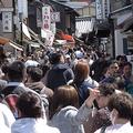 平日にもかかわらず、観光客でごった返している清水寺(京都市東山区)近辺。外国人の姿も目立つ