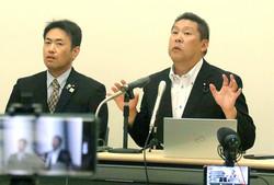 緊急会見したN国の立花孝志党首(右)と大橋昌信副党首