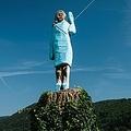 スロベニア中部セブニツァで、焼失前のメラニア・トランプ米大統領夫人の彫像(左、2019年7月5日撮影)と、焼け残った礎石として使われていた切り株(2020年7月7日撮影)。(c)Jure Makovec / AFP