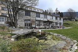 フランスの祖母宅から連れ去られたミアさん(8)が母親と一緒にいるところを発見・保護された、スイス・サントクロワの廃工場内の木造建築。廃工場は「自治」を掲げる思想集団によって占拠されていた(2021年4月18日撮影)。(c)Fabrice COFFRINI / AFP