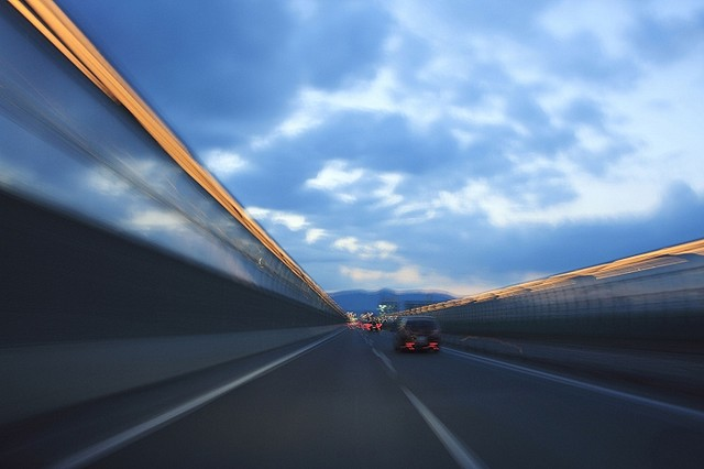 [画像] 「あおり運転」の原因を作るマナー違反(1) 追い越し車線を走り続け、車線をふさぐ違反