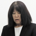 謝罪する東須磨小学校の仁王美貴校長=神戸市役所