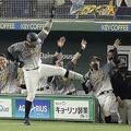 ベンチ前でナインとポーズを決める阪神・マルテ=東京ドーム