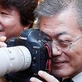 キャノンのカメラの説明を受けご満悦の文大統領