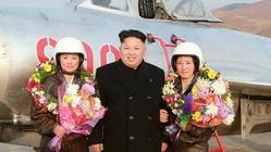金正恩氏と空軍の女性パイロットの記念写真