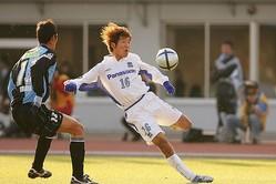 2005年J1リーグ最終節の川崎戦でプレーする大黒。写真:田中研治