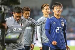 試合後、久保の健闘を称える長友。写真:山崎賢人(サッカーダイジェスト写真部)