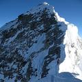 世界最高峰エベレスト登頂を目指してヒラリーステップに挑む登山者たち(撮影日不明、資料写真)。(c)TSHERING SHERPA / AFP