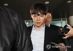 ユチョンさんは17日にソウル郊外の水原にある京畿南部地方警察庁に出頭した。取り調べを終えて出てきたユチョンさん=(聯合ニュース)