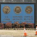 米メリーランド州の国家安全保障局(NSA)本部付近にある米サイバー軍、NSA、米中央保安部の紋章が描かれた設置物(2018年2月14日撮影、資料写真)。(c)SAUL LOEB / AFP