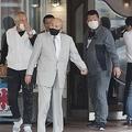 高砂市内の喫茶店を出る山健組の直参組長ら。緊急会合は2時間ほど続いたが、途中で退出する者もいたようだ