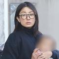 昨年1月、子供を抱っこしながら外出する菅野美穂