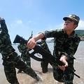 """24日、「人民武装警察法改正案」についての全人代・常任委員会による2度目の審議を経て、中国・人民武装警察部隊による治安維持活動の活動範囲が9項目から8項目に減らされた。写真は武装警察部隊の対テロリスト演習。<url name=""""【その他の写真】"""" url=""""http://www.recordchina.co.jp/group.php?groupid=34680"""">"""