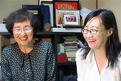 笑顔で取材に応じる吉野さんの妻・久美子さん(左)と次女の大平裕子さん=9日午後9時ごろ、神奈川県藤沢市