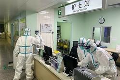 中国・武漢市の病院で活動する、防護服姿の医療スタッフ(2020年1月22日撮影)。(c)AFP