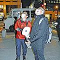 昨年12月、公園の木に拡声機を向ける徳田准教授(左)ら。検証の結果、カラスを撃退する効果が確認された