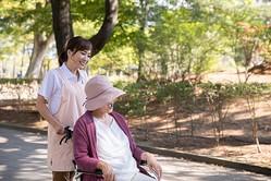 医療と関連のないサービスは、医療費控除にはならないので要注意。訪問介護(生活援助中心型)、認知症対応型共同生活介護(認知症高齢者グループホーム)、福祉用具貸与などは対象外だ(イメージ/写真提供:写真AC)