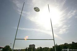 ゴールポストの上を通過するラグビーボール(2007年8月28日撮影、資料写真)。(c)AFP PHOTO / BORIS HORVAT