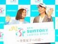 サントリーとの所属契約を発表し宮里藍さん(左)と笑顔の渋野日向子(撮影・沢田 明徳)