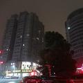 転売目的で買われたマンションは明かりがつかず真っ暗だ(浙江省温州市)
