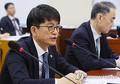 国会国防委員会の全体会議で答弁する朴氏=19日、ソウル(聯合ニュース)
