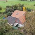 オランダ北部ドレンテ州ライナーボルト近郊で、一家が監禁されていたとみられる農家を捉えた空撮写真(2019年10月15日撮影)。(c)Wilbert Bijzitter / ANP / AFP