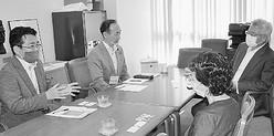 (写真)橋学長(右)と懇談する(左から)畠山、宮川の両氏=14日、札幌市東区