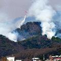 25日も早朝からヘリによる消火活動が続いた=栃木県足利市、根岸敦生撮影