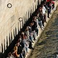 仏パリを流れるセーヌ川河川敷に集まる人々(2021年2月28日撮影)。(c)THOMAS COEX / AFP