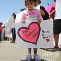 米テキサス州クリントの国境管理施設前で抗議活動を行う人々(2019年6月27日撮影、資料写真)。(c)MARIO TAMA / GETTY IMAGES NORTH AMERICA / AFP