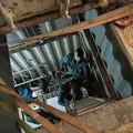 スペイン南部アンダルシア自治州マラガ郊外のモンダで見つかった偽造たばこの地下工場内を捜査する治安警察官(2020年2月13日撮影)。(c)JORGE GUERRERO / AFP