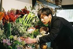 街で1番お洒落な花屋の店長を演じる田中圭 (C)2020「mellow」製作委員会