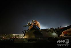 サッカー欧州チャンピオンズリーグ、プレーオフ第2戦、レッドスター・ベオグラード対BSCヤングボーイズ。スタジアムの外に設置された戦車の上でグループステージ進出を喜ぶレッドスター・ベオグラードのファン(2019年8月27日撮影)。(c)OLIVER BUNIC / AFP