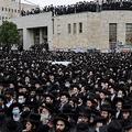 中東エルサレムで行われたラビの葬儀に参列するユダヤ教超正統派(2021年1月31日撮影)。(c)MENAHEM KAHANA / AFP